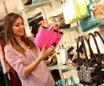Kobieta ogląda torebki