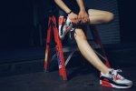 człowiek w butach Nike